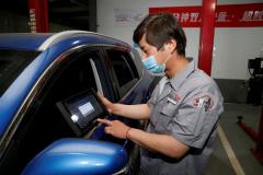 机电技师运用专业工具为车辆检测